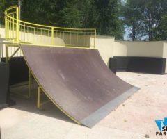 скейтпарк на металлическом каркасе желтого цвета